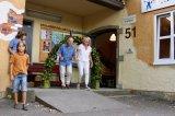 Wolfgang Hermann-Kautter und Sabine Mayer durchschreiten den Rosenbogen