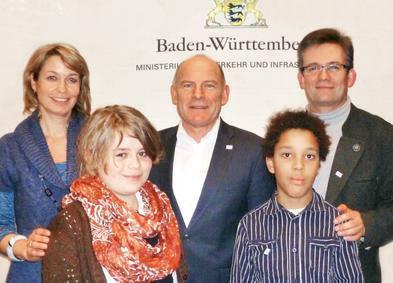 Die Vertreter der Waldorfschule Crailsheim mit Verkehrsminister Herrmann (Mitte) in Stuttgart.